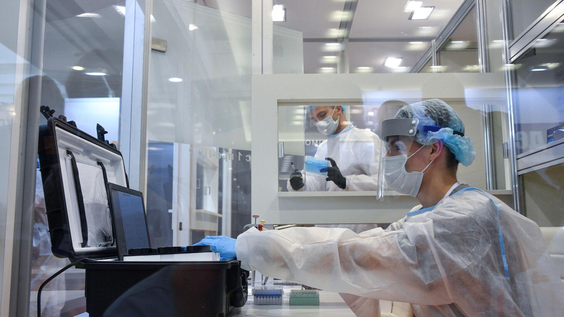 Медицинский работник в павильоне компании Эвотэк-Мирай Геномикс на выставке в рамках XXVI Всероссийской конференции Клиническая лаборатория : от анализа к диагнозу в Москве - РИА Новости, 1920, 20.05.2021