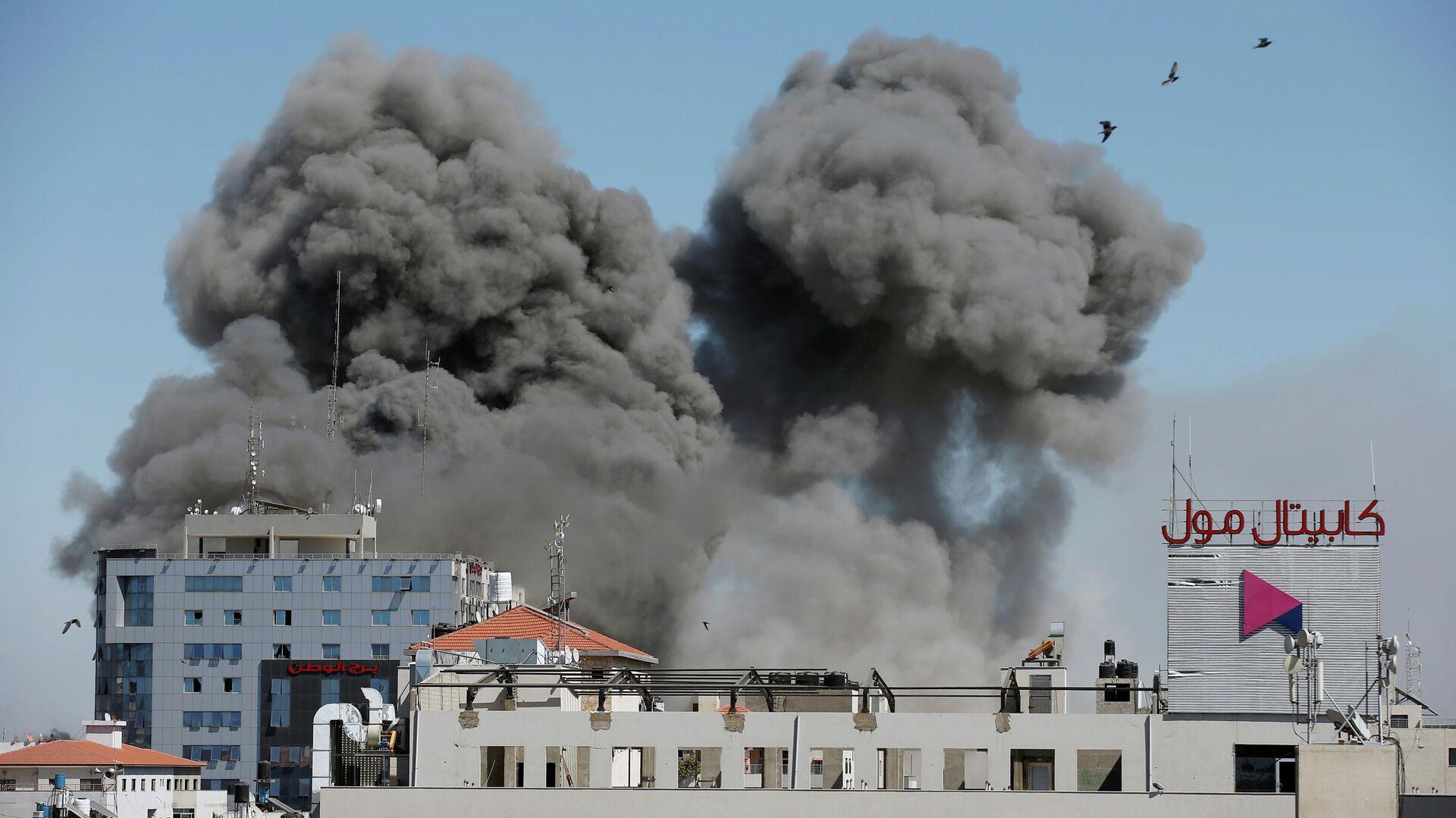 Дым от израильского авиаудара по Газе. 15 мая 2021 - РИА Новости, 1920, 15.05.2021