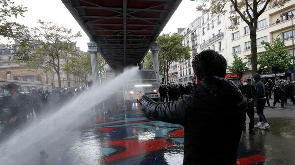 Полиция применяет волометы для разгона демонстрантов на акции в поддержку Палестины в Париже