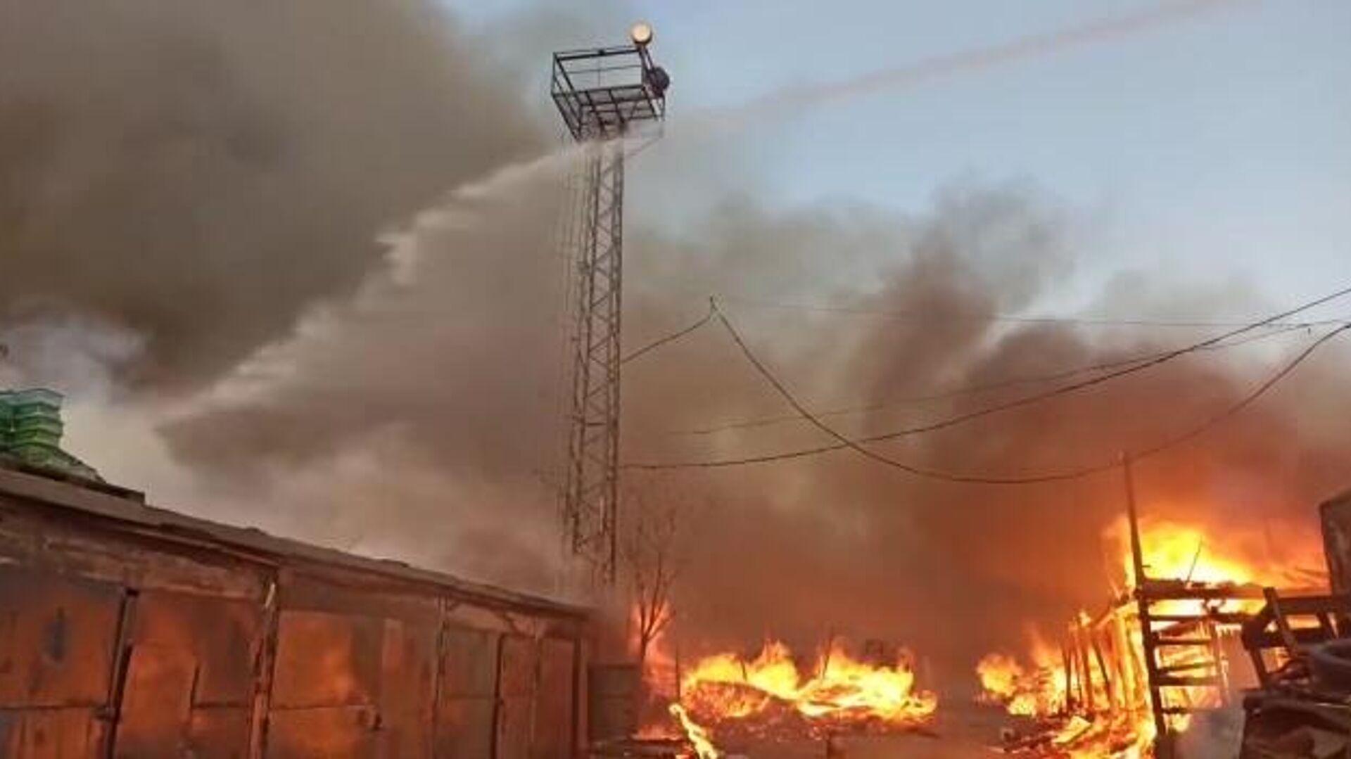 В Подмосковье загорелись склад и поддоны