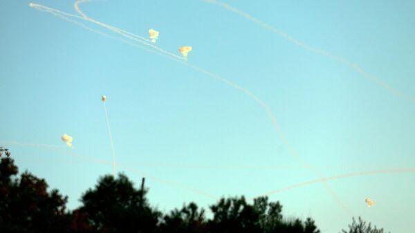 Следы от ракет в небе над Ашкелоном, Израиль