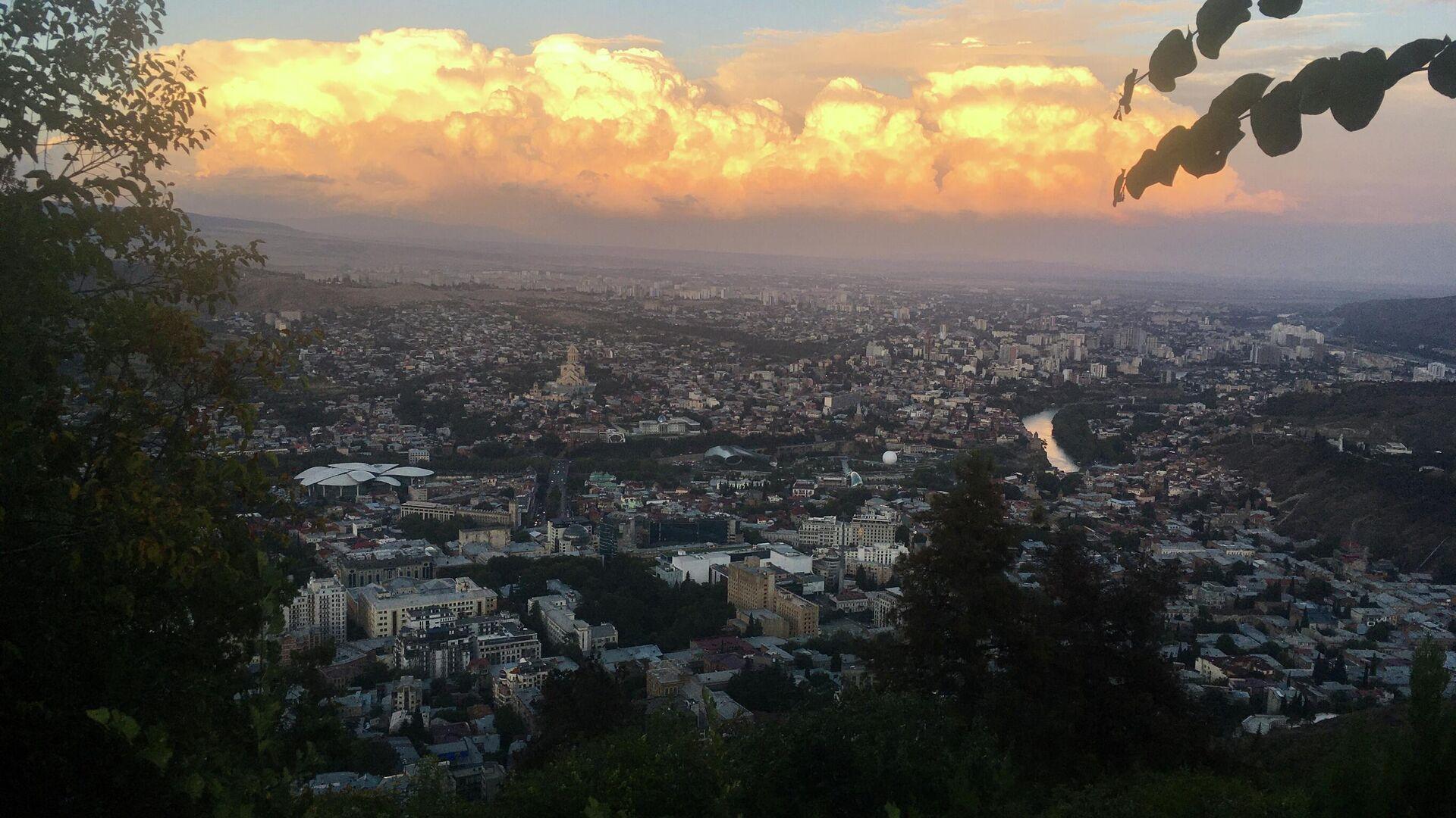 В Тбилиси обрушиласть часть скалы