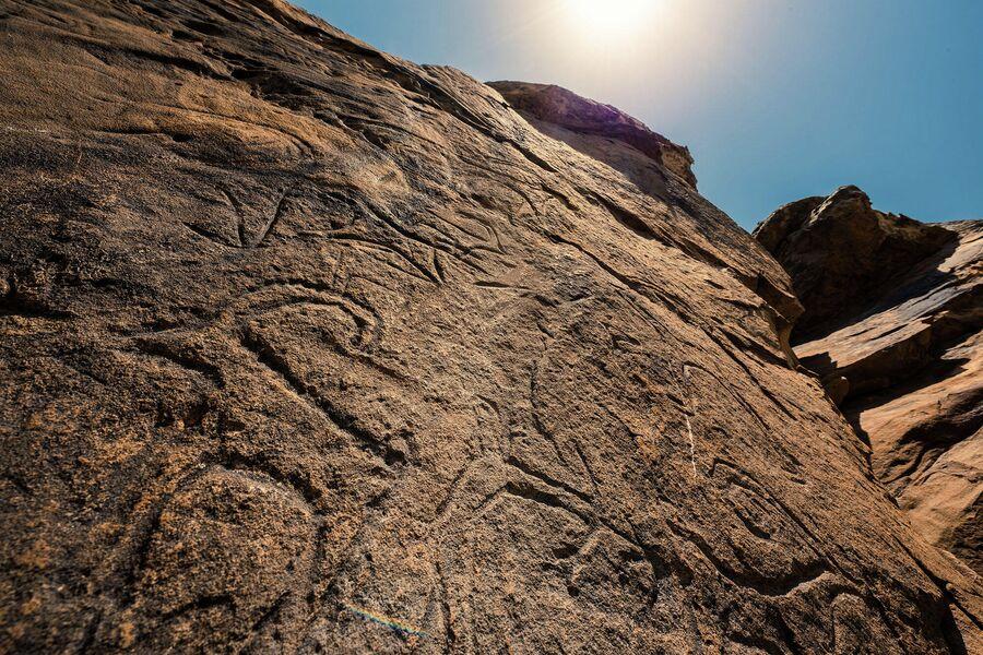 Петроглифы возраста 6000-7000 лет в районе бархана Сарыкум