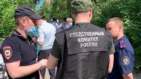 Сотрудники полиции и следственного комитета РФ на месте убийства трех человек в Екатеринбурге