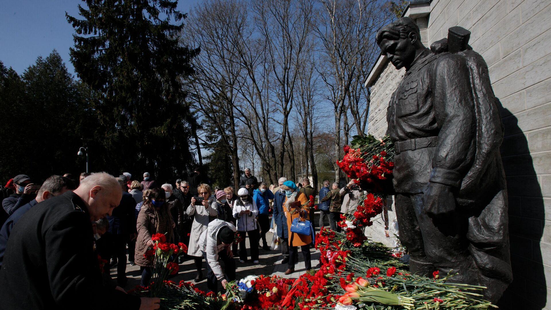 Возложение цветов к монументу Павшим во Второй мировой войне на Военном кладбище в Таллине. 2021 год - РИА Новости, 1920, 18.05.2021