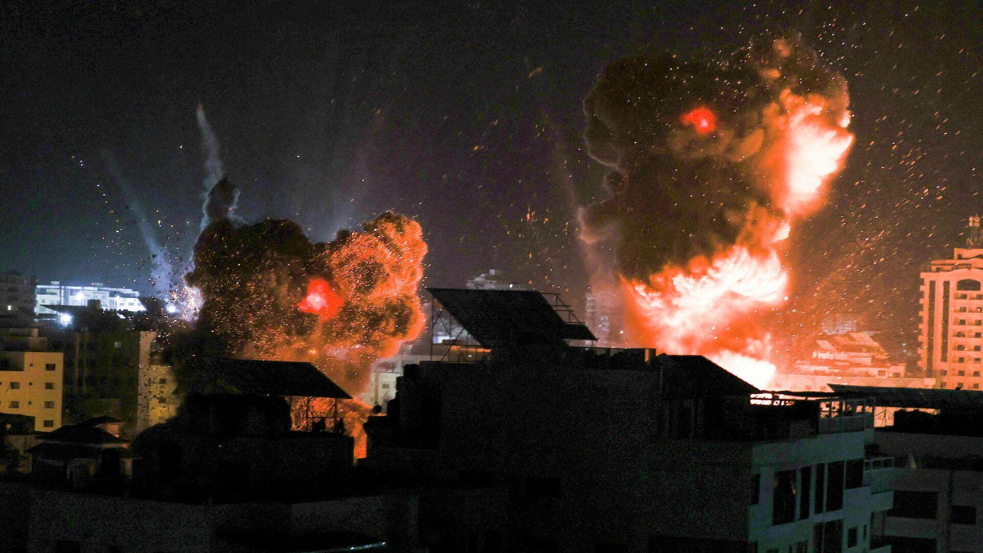 Взрывы в ночном небе над городом газа Газа, после израильского авиаудара - РИА Новости, 1920, 18.05.2021