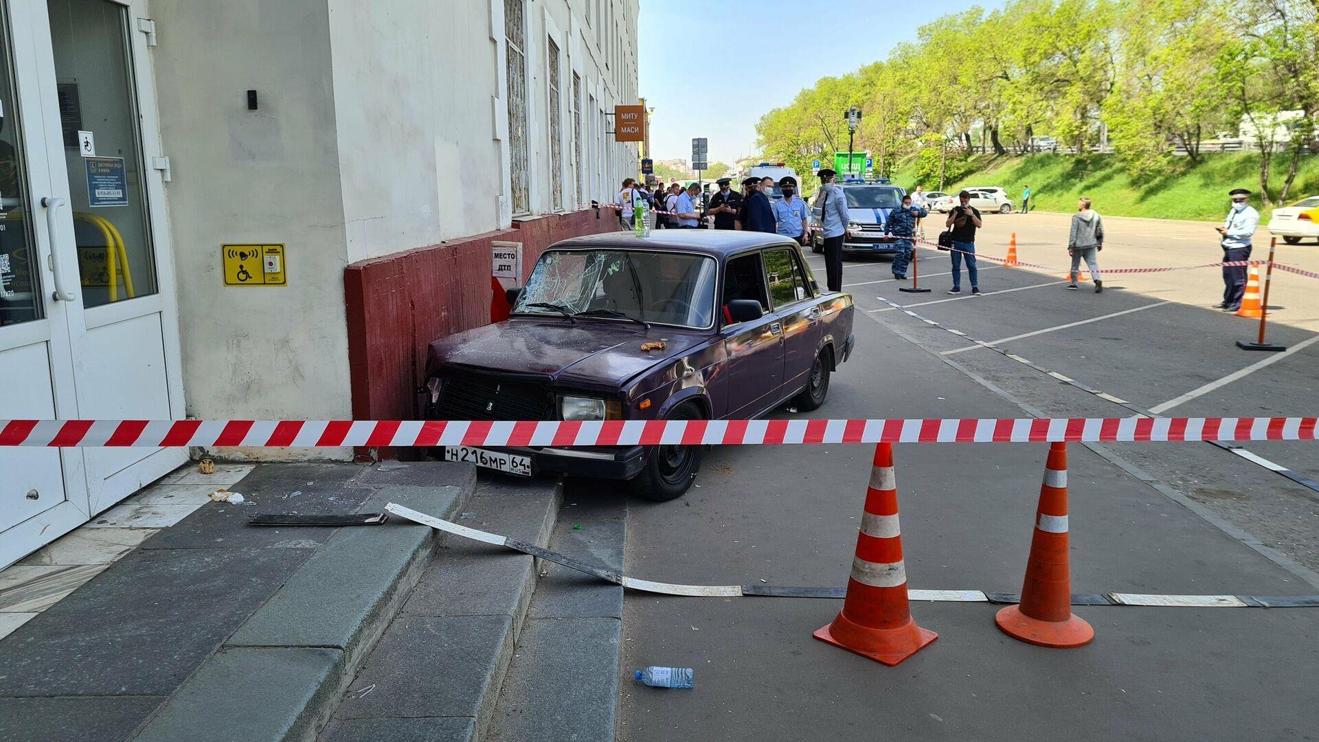 Последствия ДТП на Волгоградском проспекте, где автомобиль ВАЗ выехал на тротуар и сбил пешеходов - РИА Новости, 1920, 18.05.2021