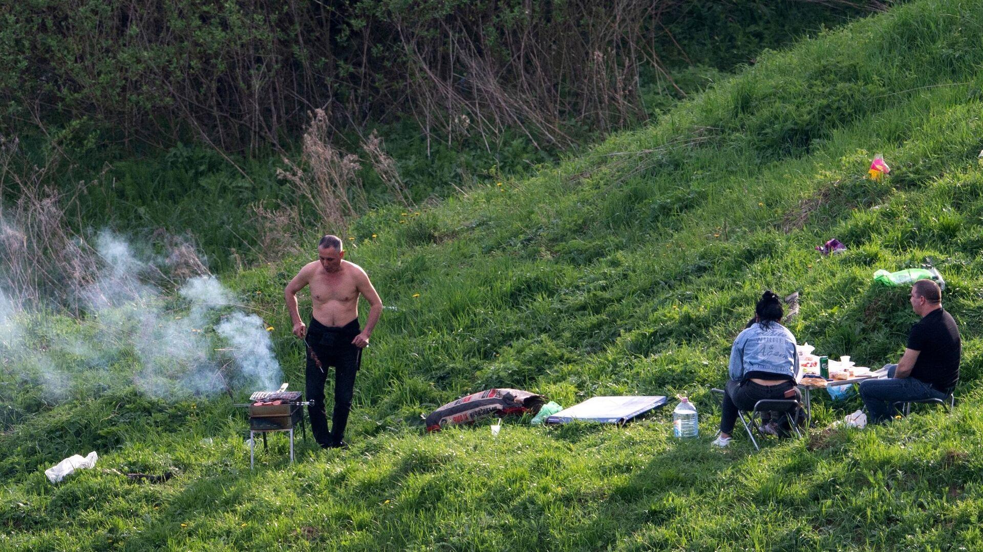 Мужчина жарит шашлыки в одном из парков в Москве - РИА Новости, 1920, 24.06.2021
