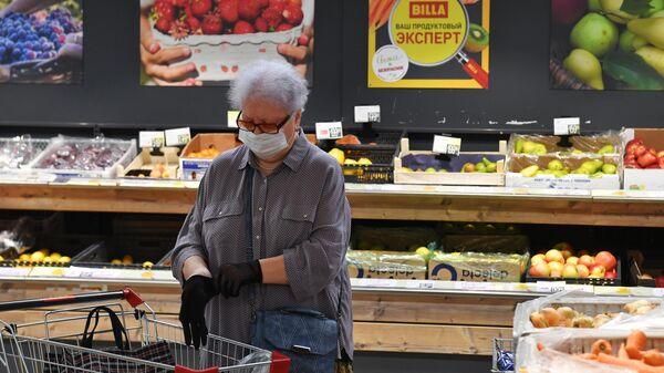 Посетительница в одном из супермаркетов Billa в Москве