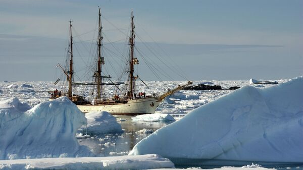 Парусник среди айсбергов