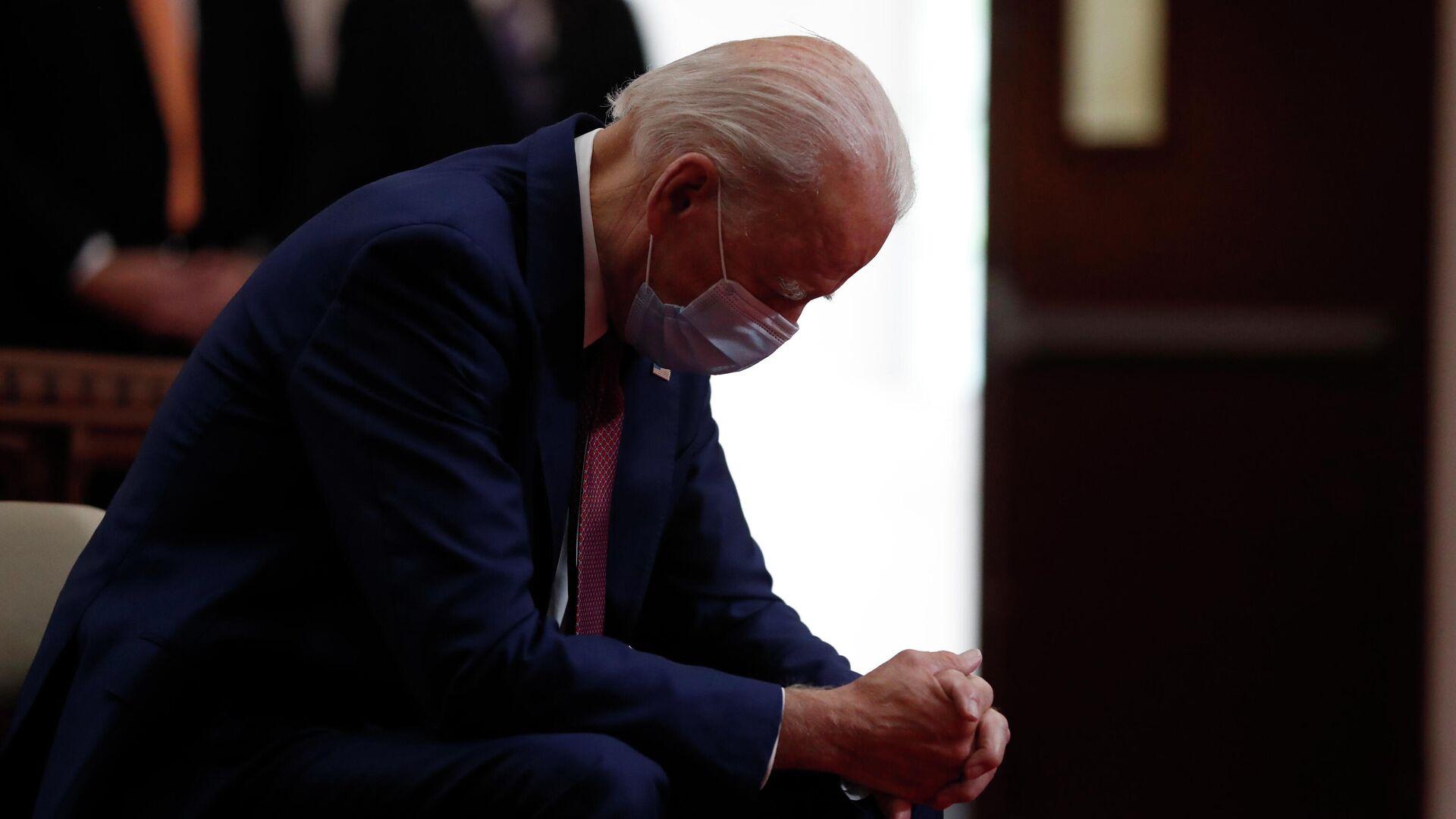 Джо Байден молится во время посещения церкви Bethel AME в Уилмингтоне, штат Делавэр - РИА Новости, 1920, 13.06.2021