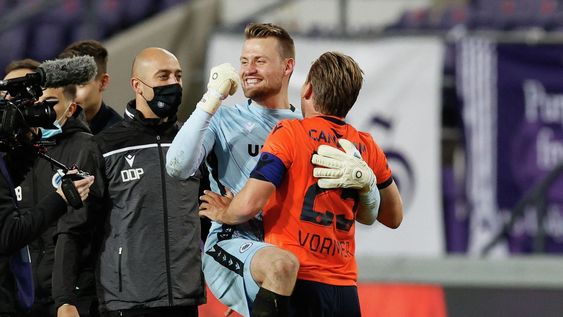 Brugge's Belgium goalkeeper Simon Mignolet and Brugge's Belgium  midfielder Ruud Vormer celebrate after winning the title during the Belgian Jupiler Pro League football match between RSC Anderlecht and Club Brugge KV in Brussels on May 20, 2021. (Photo by BRUNO FAHY / various sources / AFP) / Belgium OUT - РИА Новости, 1920, 21.05.2021