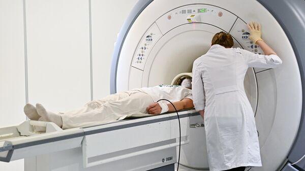 Пациент проходит обследование с помощью аппарата магнитно-резонансной томографии в центре радиохирургии НИИ СП имени Н. В. Склифосовского в Москве