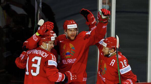 Хоккеисты сборной Белоруссии радуются заброшенной шайбе