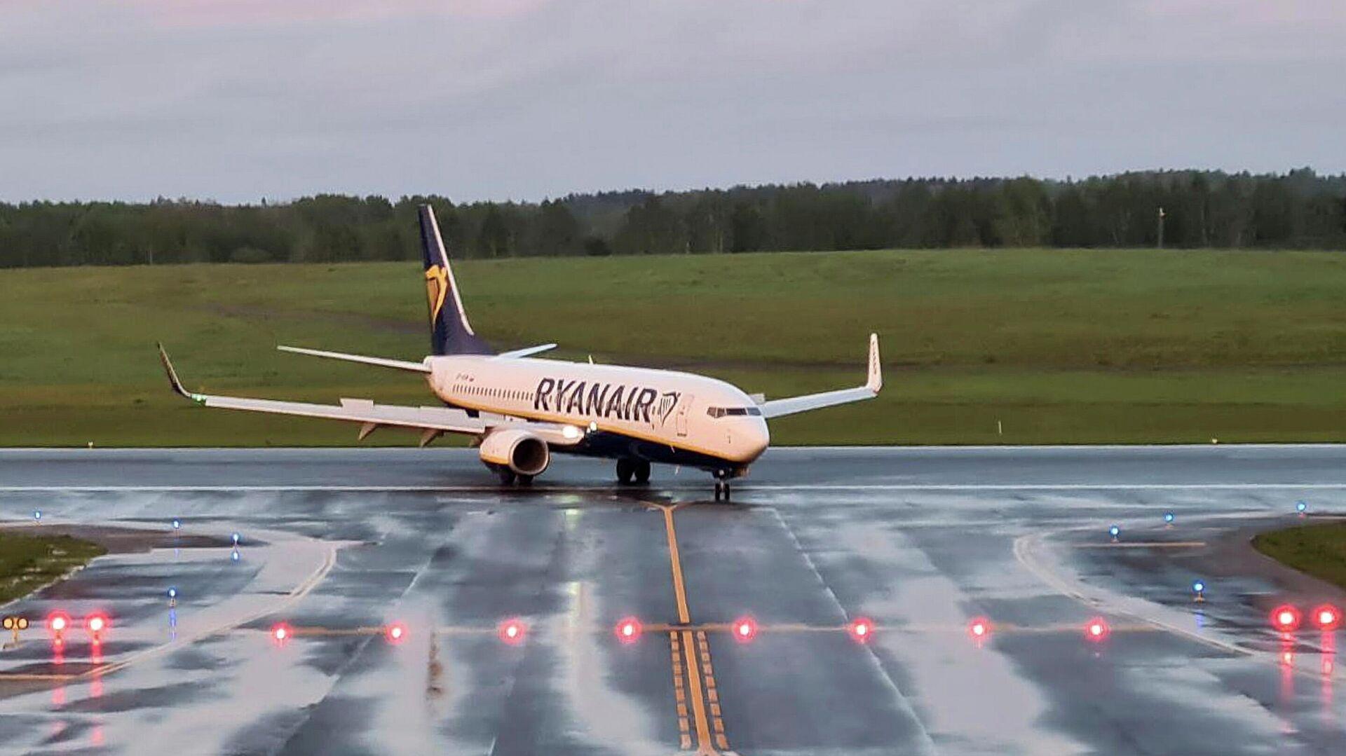 Самолет авиакомпании Ryanair, на котором находился Роман Протасевич, в аэропорту Вильнюса - РИА Новости, 1920, 26.05.2021