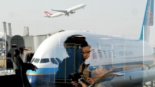 Пассажиры в аэропорту Пекин Шоуду