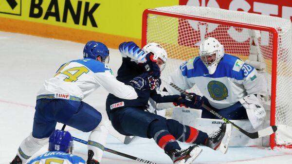 Эпизод матча чемпионата мира по хоккею между сборными США и Казахстана