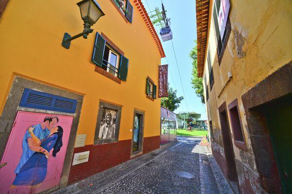 Самая старая улица Rua De Santa Maria в городе Фуншал на острове Мадейра