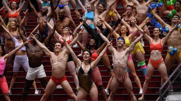 Участники и актеры благотворительного шоу Broadway Bares во время видеосъемки на Таймс-сквер, Нью-Йорк