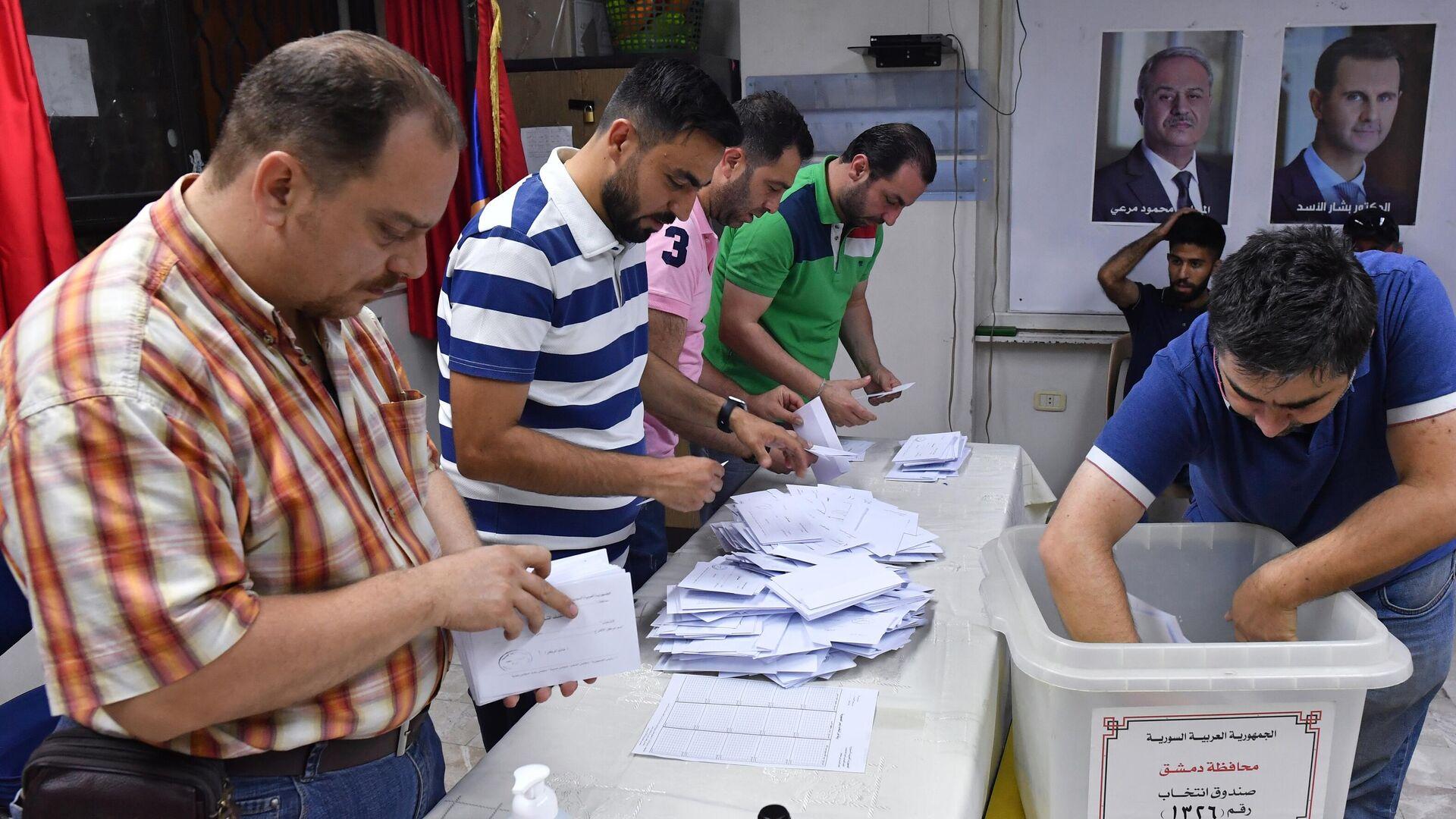 Подсчет голосов на президентских выборах в Сирии на одном из избирательных участков Дамаска - РИА Новости, 1920, 03.06.2021