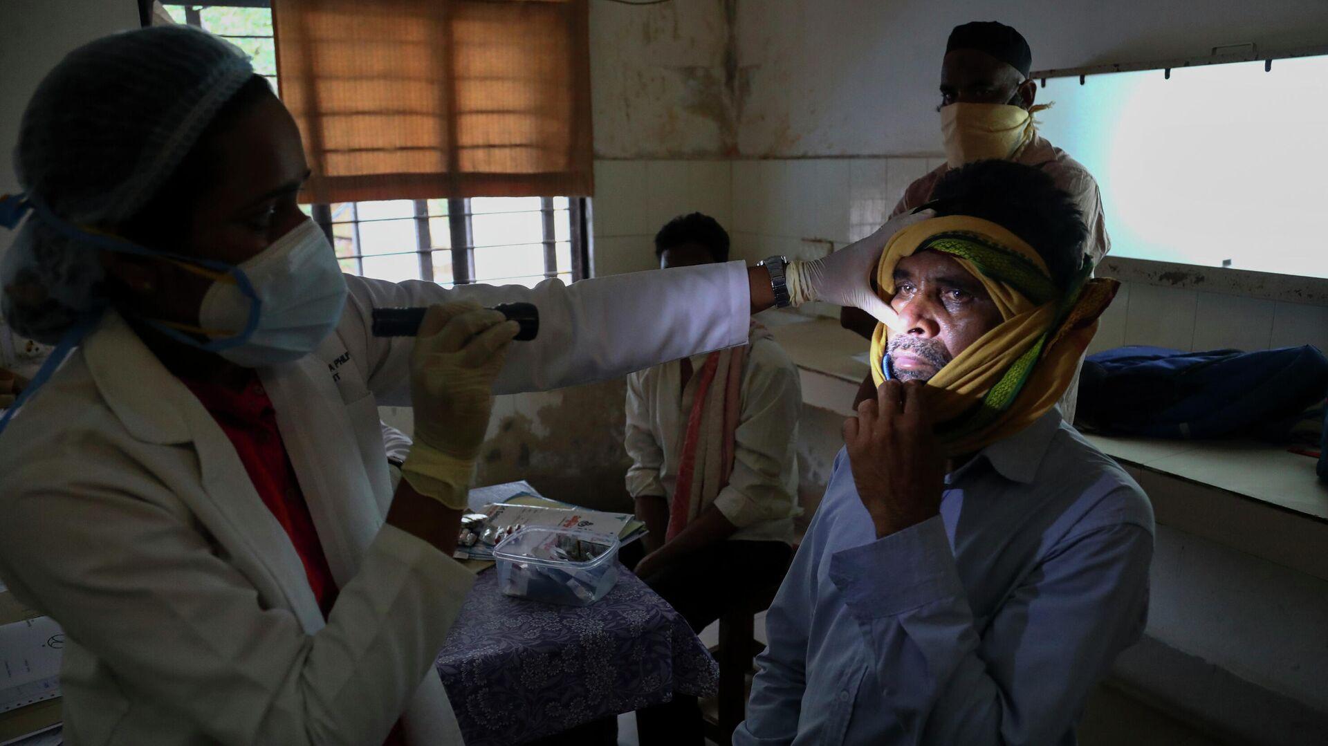 Врач осматривает человека, инфицированного черным грибком в отделении мукормикоза государственной больницы Хайдарабаде в Индии - РИА Новости, 1920, 31.05.2021
