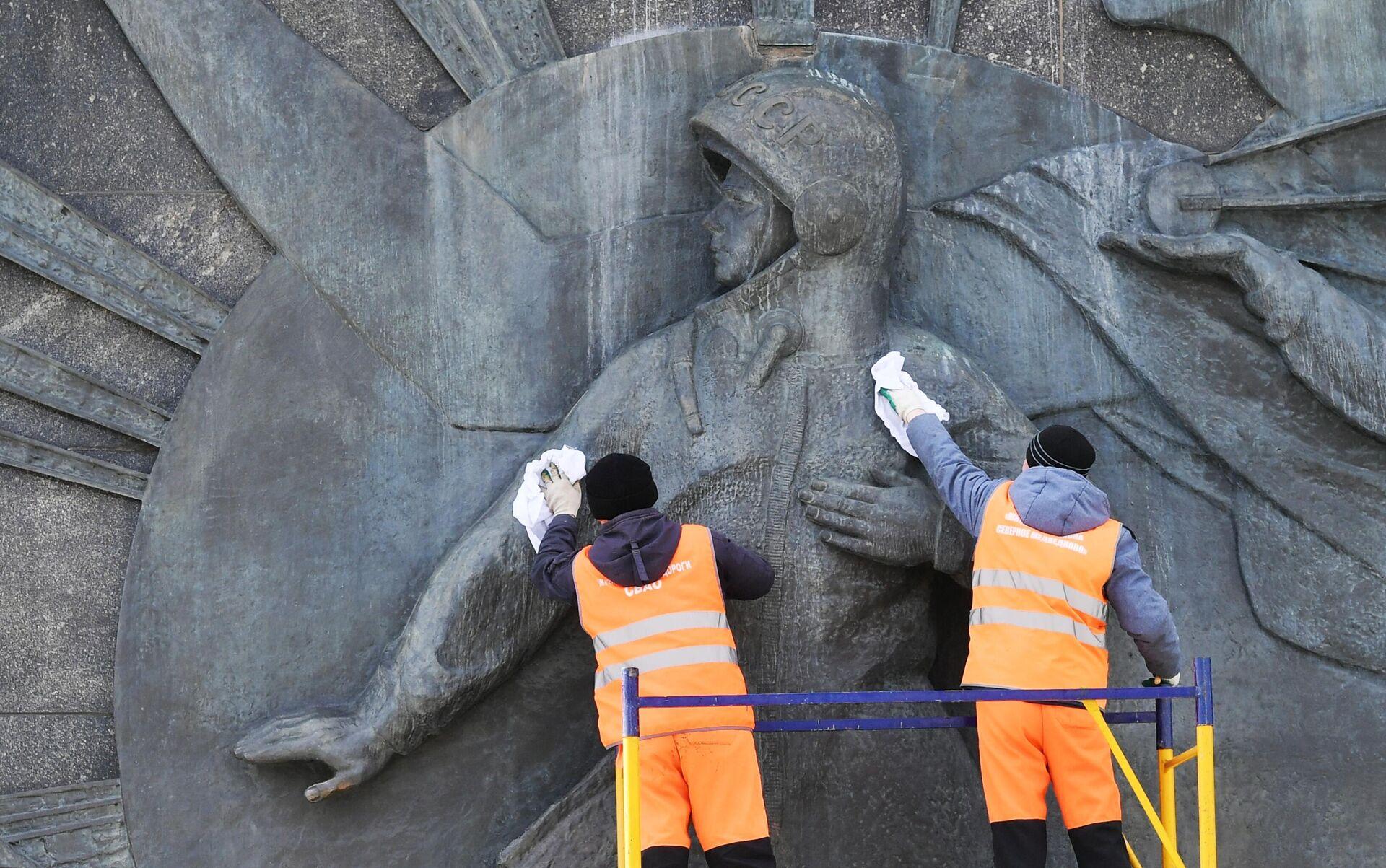 Помывка памятников Ю. Гагарину в Москве - РИА Новости, 1920, 28.05.2021