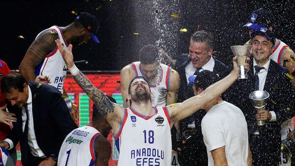 Игрок БК Анадолу Эфес Адриен Морман (в центре) на церемонии награждения после окончания финального матча финала четырех баскетбольной Евролиги сезона 2020/2021 между БК Барселона (Испания, Барселона) и БК Анадолу Эфес (Турция, Стамбул).