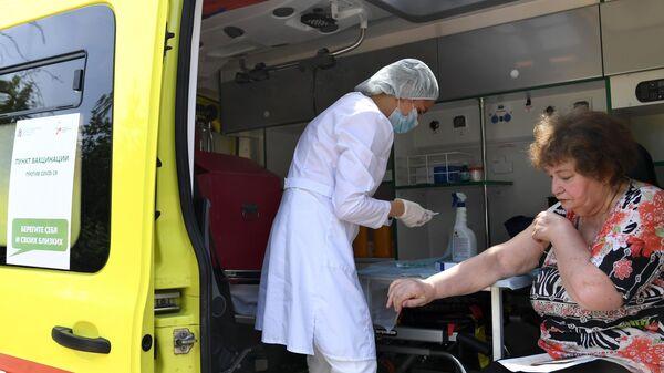 Пациент во время проведения выездной вакцинации от коронавирусной инфекции в СНТ Волга под Казанью