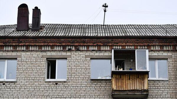 Балкон квартиры жилого дома по улице Бородина в Екатеринбурге, с которого 48-летний мужчина произвел выстрелы из охотничьего карабина по находившимся во дворе дома людям