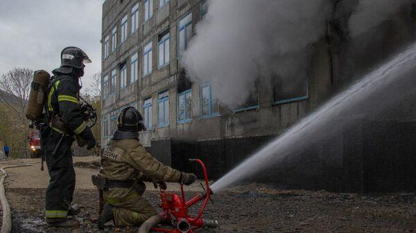 Тушение пожара в здании строящейся школы на Камчатке, 1 июня 2021