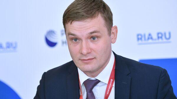 Глава Республики Хакасия Валентин Коновалов у стенда МИА Россия сегодня на Петербургском международном экономическом форуме - 2021