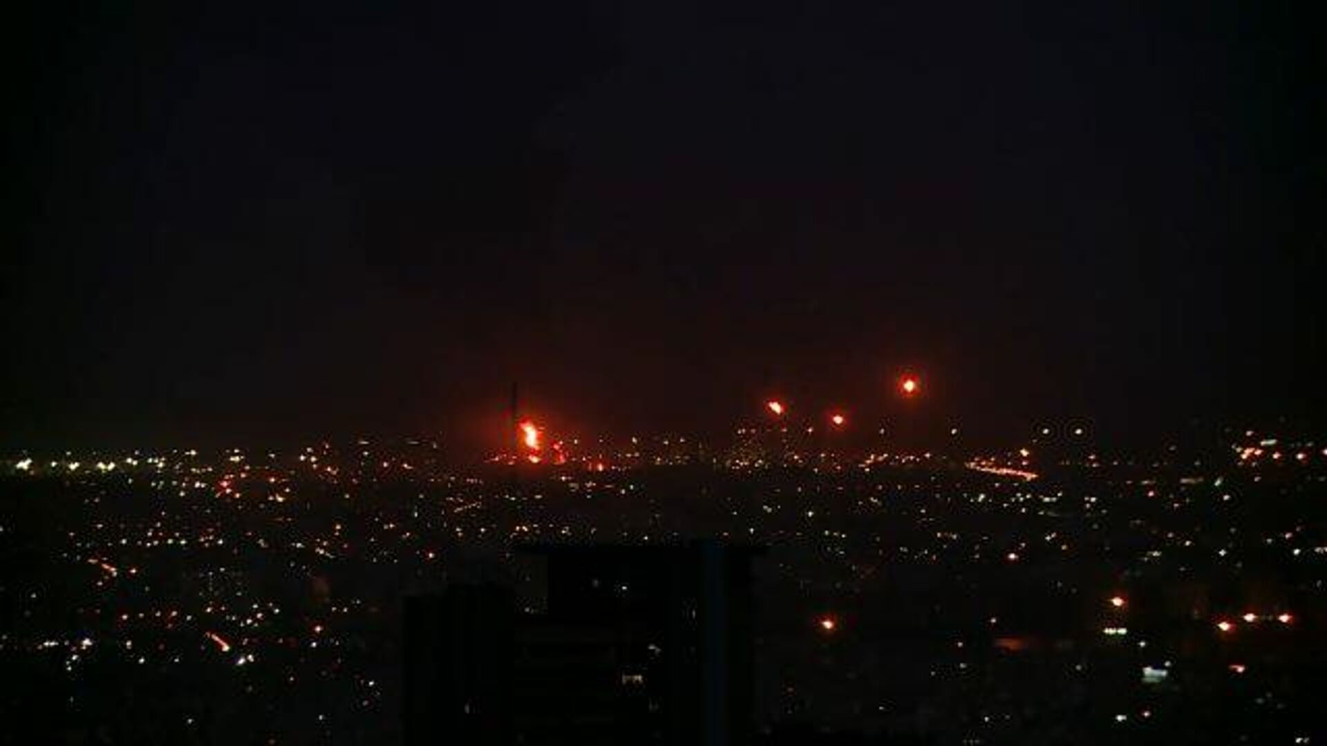 Кадры пожара на нефтеперерабатывающем заводе в Тегеране - РИА Новости, 1920, 02.06.2021