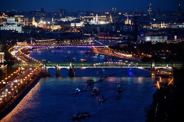 Вид на Пушкинский и Крымский мосты в Москве