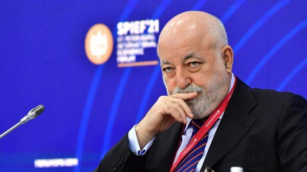 Председатель совета директоров ГК Ренова Виктор Вексельберг на Петербургском международном экономическом форуме - 2021