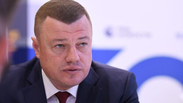 Глава администрации Тамбовской области Александр Никитин у стенда МИА Россия сегодня на Петербургском международном экономическом форуме - 2021