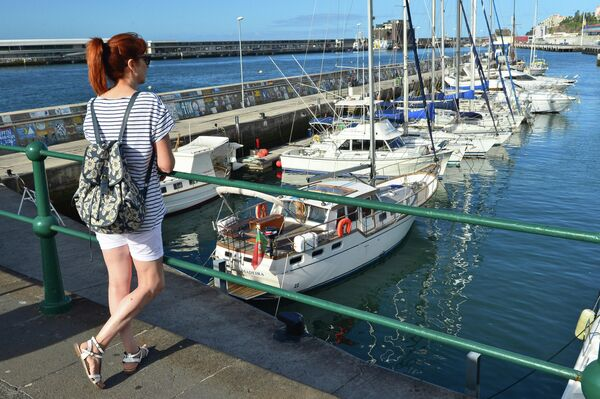 Девушка в гавани города Фуншал (Funchal) на острове Мадейра