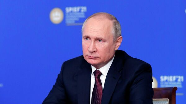 Президент РФ Владимир Путин во время встречи в режиме видеоконференции с экспертным советом РФПИ, лидерами международного инвестиционного сообщества и представителями иностранных компаний  производителей вакцины Спутник V