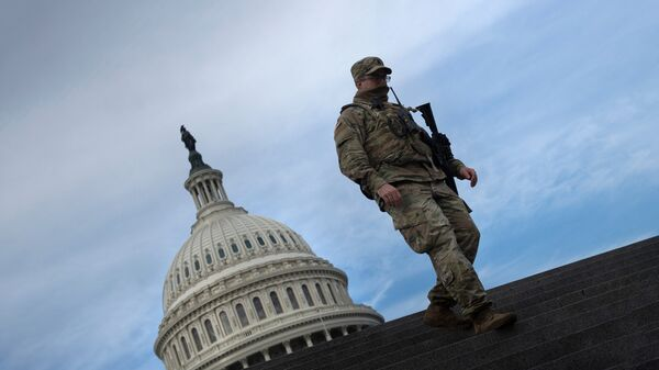 Солдат Национальной гвардии США возле здания Капитолия
