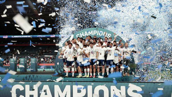 Футболисты сборной США празднуют победу в финале Лиги наций КОНКАКАФ.