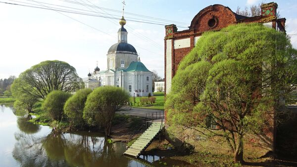 Набережная Вязьмы. Церковь Рождества Богородицы (1728) и жилой дом начала 20 века