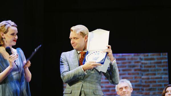 Писатель Александр Пелевин с премией Национальный бестселлер