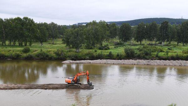 Расчистка русла реки Ия в районе города Тулун Иркутской области