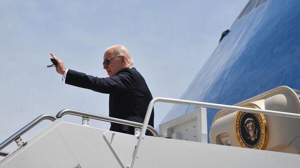 Президент США Джо Байден на трапе борта № 1