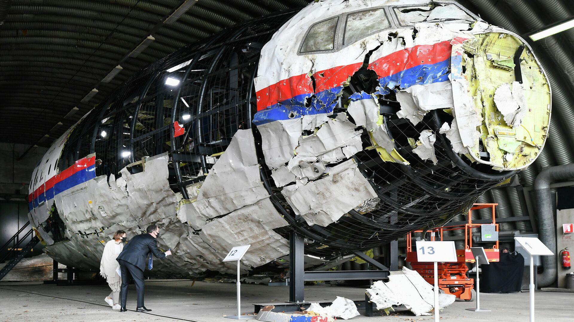 Реконструированные обломки рейса MH17 авиакомпании Malaysia Airlines на авиабазе Гильзе-Рейен, Нидерланды - РИА Новости, 1920, 16.06.2021