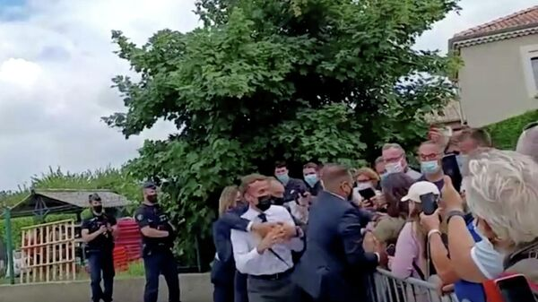 Президент Франции Эммануэль Макрон во время нападения на него в Тэн-Л'Эрмитаж
