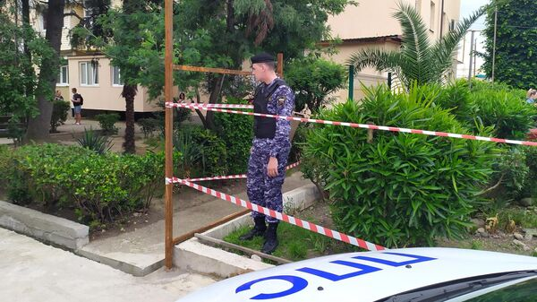 Сотрудник полиции на месте убийства судебных приставов в Адлере