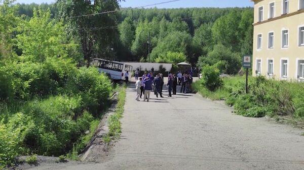 ДТП с автобусом, наехавшим на остановку, в Свердловской области. Кадр видео
