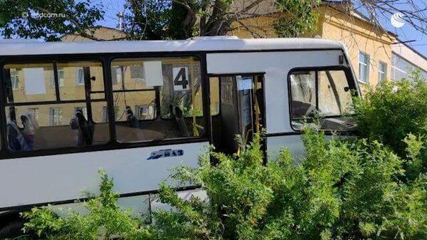 Автобус наехал на остановку в Свердловской области. Кадры СК