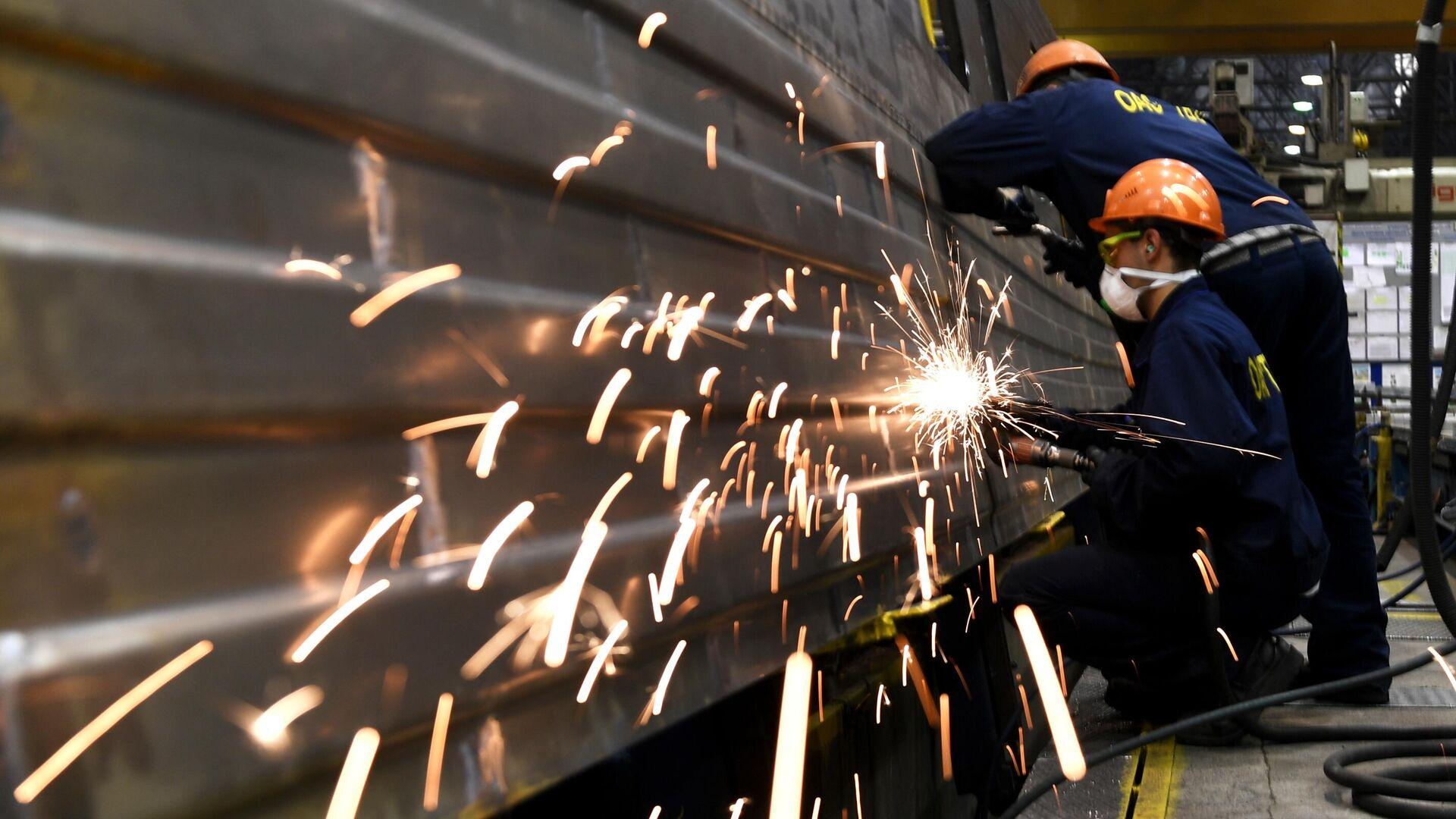 Рабочие на линии сборки вагонов на Тверском вагоностроительном заводе - РИА Новости, 1920, 10.06.2021
