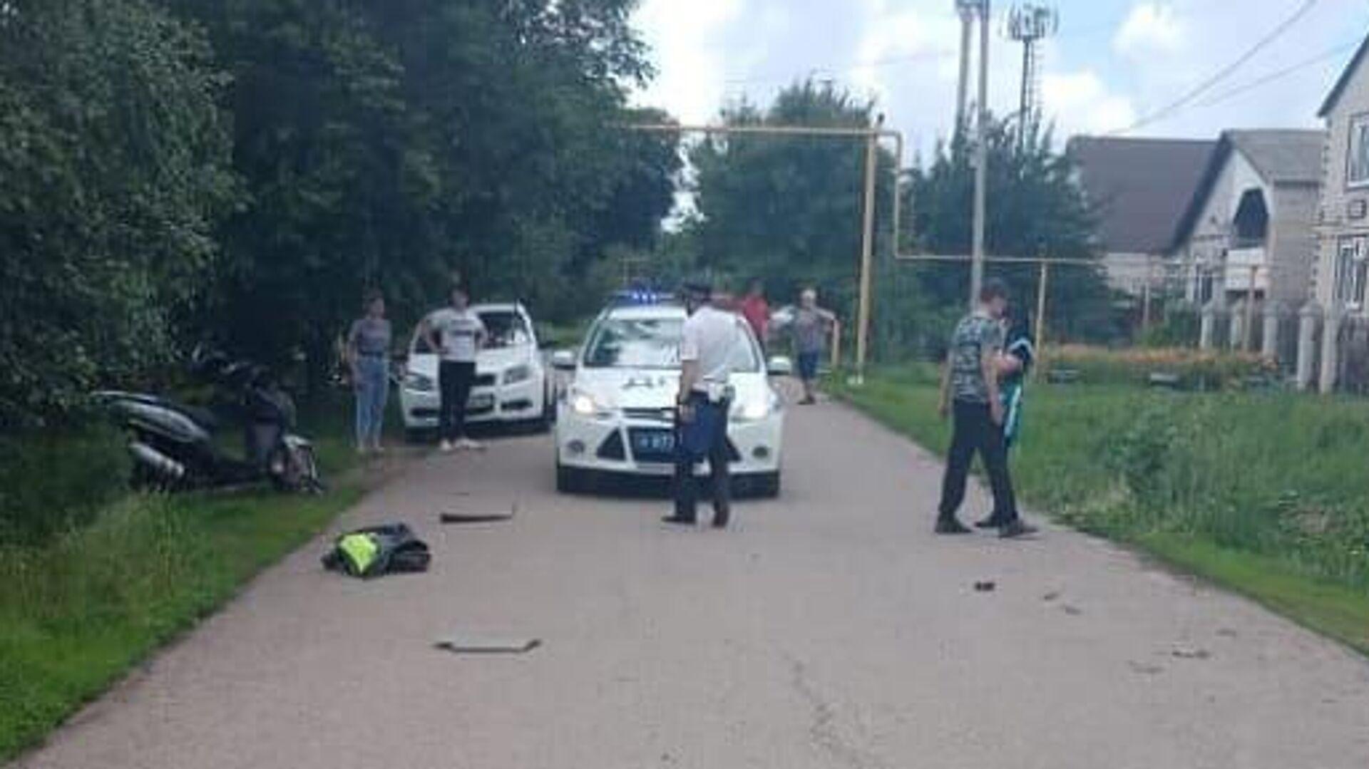 На месте ДТП в Донецке Ростовской области, где 14-летний мотоциклист наехал на четырехлетнюю девочку - РИА Новости, 1920, 13.06.2021